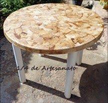 Mesa reciclada com filtros de café