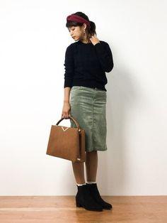 スウェード風のタイトスカートで、秋らしいコーディネートです。トップスの色と合わせた黒のサイドゴアブーツで足元を引き締めて。