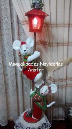 Farol Con Ratones Navideños - S/. 160,00 en MercadoLibre Christmas Projects, Christmas Home, Handmade Christmas, Holiday Crafts, Holiday Fun, Vintage Christmas, Snowman Christmas Decorations, Decorating With Christmas Lights, Christmas Wreaths