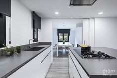The design of this kitchen will provide you the right recipe for elegant kitchen interior. It is located in the middle of an open plan room. A spacious kitchen Minimalist Kitchen, Minimalist Decor, Modern Minimalist, Minimalist House, Wooden Kitchen, Kitchen And Bath, Home Decor Kitchen, Kitchen Interior, Kitchen Ideas