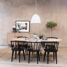 Yumi & Carmen a perfect match . Dining Area, Dining Chairs, Dining Room, Dining Table, Scandinavian Style Home, Scandinavian Design, Dream Apartment, Little Houses, Interior Design