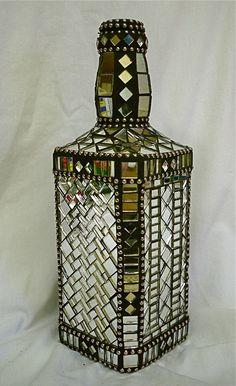Mosaico de espelhos na garrafa.
