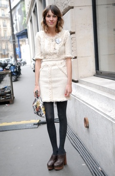 Alexa Chung in Chanel dress Jessica Szohr, Chloe Sevigny, Kate Bosworth, Katie Holmes, Clogs Outfit, Clogs Shoes, Look 2015, Alexa Chung Style, Fashion Designer
