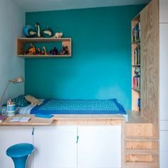 Une chambre d'enfant optimisé avec un lit estrade et un astucieux bureau en déporté sur un bloc de rangements.