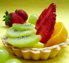 Minitarte cu fructe si crema de vanilie Fruit Salad, Deserts, Strawberry, Cooking, Food, Cakes, Dessert, Pie, Fine Dining