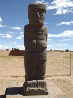 Uno de los monolitos que aún quedan intactos en la Fortaleza de Tiahuanaco, La Paz, Bolivia.