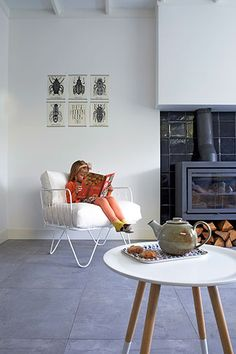 love the chair pin maudjesstyling Home Living Room, Living Spaces, Home Fireplace, Fireplaces, Home On The Range, Sit Back And Relax, Scandinavian Home, Home Kitchens, Interior Architecture