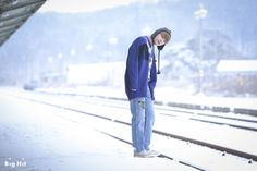 V has become a winter-boy for this spring and his individual pictorial has started. Today's shooting will be held at a railroad covered with snow!
