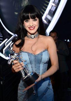 Katy Perry won the Best Female Video award at the MTV VMAs. via MailOnline Disfraz Katy Perry, Top Celebrities, Celebs, Katy Perry Legs, Katy Perry Fotos, Beyonce Show, Mtv Video Music Award, Mtv Award, Music Awards