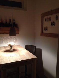 Barhoekje met zelfgemaakt wijnrek en fotolijst, beiden van pallethout.