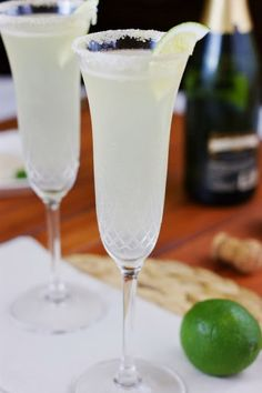 Champagne Margaritas w/ white tequila, triple sec, sweetened lime juice, sparkling wine/champagne (Pour Wine Cocktails) Fun Cocktails, Party Drinks, Summer Drinks, Cocktail Drinks, Cocktail Recipes, Alcoholic Drinks, Beverages, Margarita Cocktail, New Years Cocktails