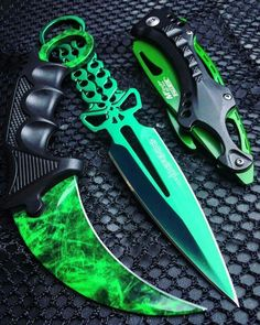 Zombie Weapons that People Really Obsessed With photos) Zombie Weapons, Ninja Weapons, Weapons Guns, Zombie Apocalypse, Pretty Knives, Cool Knives, Swords And Daggers, Knives And Swords, Zombie Life