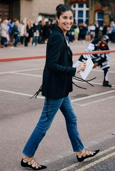 Blazer bianco (H&M), jeans boyfriend o skinny DIY (H&M), ballerine nere allacciate (Mango), t-shirt bianca con spacchi laterali (H&M).