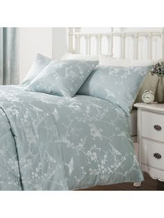 Dress your room in understated elegance with the Finch Jacquard duvet set from our Ponden Home collection. The beautiful floral and bird design on a cool duc...