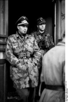 The Luftwaffe produced a camouflage jacket as a consequence of the heavy casualties inflicted on German armed forces in Russia. As the Luftwaffe Fallschirmjaeger jump smock was too overpriced to produce in the quantities required, a simplified camouflage over-jacket was put into production and became the signature of the Luftwaffe infantry./ Photo: Battalion commander of the Fallschirmjäger, Walter Gericke wears Camouflage Jacket, M1942