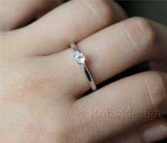 14K White Gold Ring VS 5mm Round Cut Morganite Ring por RobMdesign
