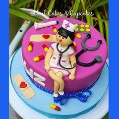 ENFERMERA CAKE!  Empezamos el dia con este cake alusivo a aquellas personas dedicadas, que nos ciudan  cuando estamos enfermitos! Feliz dia a una super enfermera en su cumpleaños! Pide tu torta personalizada a  @abrilcakesandcupcakes ! Pasteleria sobrepedido, contactanos por wsapp: 300 5710785! #abrilcakeandcupcakes  #cake #3dcakes #amazingcakes #cakesparty #partyideas#cuteparty #fondantcakes #customcakes #sugarart #cakestagram #birthdaycakes #boysandgirlscakes#foodart #arteenazucar… Nursing Graduation Cakes, Fondant, Birthday Cake, Cupcakes, Health, Desserts, Food, Happy Day, Food Cakes