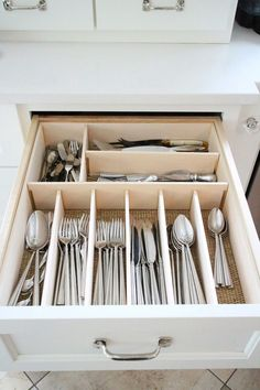 Drawers organize tips that keep the mess in the bay Schubladen organisieren Tipps, die die Verwirrung in der Bucht halten - Own Kitchen Pantry Kitchen Cabinet Organization, Home Organization Hacks, Kitchen Storage, Utensil Drawer Organization, Diy Drawer Dividers, Organizing Tips, Cabinet Ideas, Kitchen Shelf Liner, Kitchen Drawer Liners