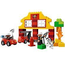 Down at the LEGO DUPLO Fire Station the brave firefighters are getting ready to save the day! The mini fire truck is ready to roll when the fire bell rings! Use the ladder fire axe and fire hose to ...