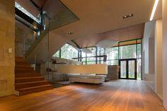 Pasadizo con pisos de madera en interiores