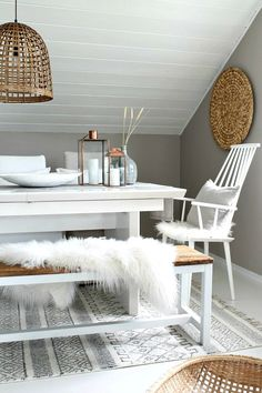 Scandinavian home accessories fur covers and fur blankets Scandinavian Living, Scandinavian Apartment, Piece A Vivre, Amazing Decor, Dining Room Design, Dining Rooms, Modern Room, Interiores Design, Home And Living