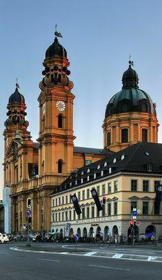 Odeonsplatz und Theatinerkirche (München)