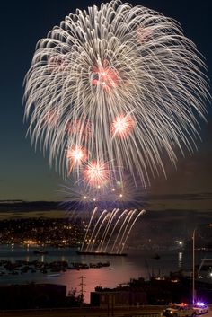 Fireworks over Lake Union, taken by Locomotive Breadth. Fireworks over Lake Union, taken by Locomotive Breadth. Fireworks Cake, 4th Of July Fireworks, Wedding Fireworks, Fireworks Festival, July 4th, Fogo Gif, Firework Nail Art, Fireworks Photography, Lake Union