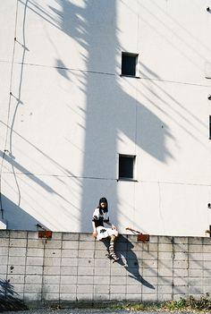 PHOTOGRAPHS – ページ 2 – YOSHIYUKI OKUYAMA | 奥山由之 Film Aesthetic, Retro Aesthetic, Aesthetic Photo, Film Photography, Street Photography, Portraits, Light And Shadow, Landscape Photos, The Best