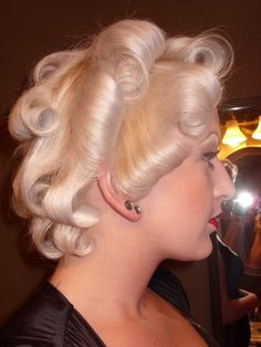 vintagehair: Easy Marilyn Monroe hair tutorial Vintage Short Hair, Vintage Curls, Vintage Diy, Vintage Ideas, Vintage Games, Vintage Photos, 50s Hairstyles, Curled Hairstyles, Blond