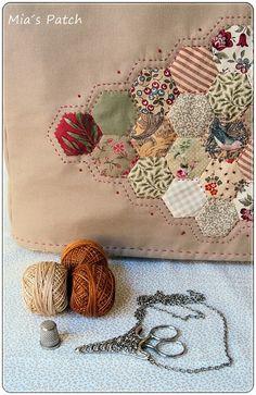 Las máquinas de coser parecen estar de moda y nuestras alumnas se están animando a darle más importancia al cuarto de costura y a sus máqui... House Quilt Block, House Quilts, Quilt Blocks, Quilting Projects, Crochet Projects, Sewing Projects, Quilt Patterns, Sewing Patterns, Dresden Quilt