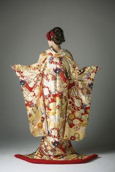 まりに扇面の写真.1 Japanese Kimono, Japanese Fashion, Asian Fashion, Traditional Wedding Dresses, Traditional Outfits, Geisha, Asian Fabric, Wedding Kimono, Japanese Wedding