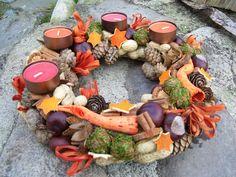 Oranžový adventní Adventní věneček,vyrobený ze suchých přírodnin - modřínových šišek, kaštanů, mechu, bukvic, barveného kukuřičného šustí, buráků, skořice, hvězdiček vykrojených z pomerančové kůry.... Čajové svíčky jsou v kovových kalíšcích. Průměr věnečku je 29 cm.