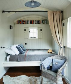 Create a simple bedroom in a shed in the garden, back to nature Shed Decor by Sally Coulthard Shed Interior, Interior Design, Interior Ideas, Bungalow Bedroom, Barn Bedrooms, Shed Decor, Outdoor Living Rooms, Beautiful Houses Interior, Shed Homes
