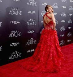 Rundum schön: Blake Lively strahlt in einer Traumrobe aus roten Federn