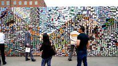 Las LomoWall son muros llenos de fotografías hechas con cámaras LOMO  #Branding #Muro #Fotografía #lomoembajada