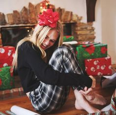 Cute pose ideas for Christmas pictures ⋆ Lu Amaral Studio Tumblr Christmas Pictures, New Year Pictures, Winter Photos, Christmas Photos, Christmas Ideas, Christmas Decorations, Christmas Mood, Merry Christmas, Christmas Morning