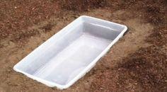 Pokud máte zájem si rychle a levně zkrášlit svou zahradu, máme pro Vás úžasný tip! Toto zahradní jezírko Vás nebude stát tisíce, naopak se budete pohybovat v řádu několika set korun! Vše co budete potřebovat je: libovolná plastová krabice, malé čerpadlo – např. čerpadlo do fontány, pár betonových dlaždic – záleží na velikosti Vašeho jezírka, kameny – záleží na Vás jaké množství a jakou velikost, vodní rostlina – např. vodní tráva.