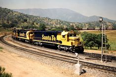 ATSF/SP, Walong, California, 1989 Eastbound Atchison, Topeka and Santa Fe freight train on Southern Pacific Railroad track at the Tehachapi Loop in Walong, California, on April 14, 1989. Photograph by John F. Bjorklund, © 2016, Center for Railroad Photography and Art. Bjorklund-87-24-12