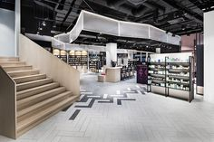 DIA – Dittel Architekten has developed, designed and implemented the first of 10 stores planned in Germany for Mußler Beauty by Notino. The concept. Interior Design Photography, Shop Interior Design, Retail Design, Store Design, Boutique San Francisco, Visual Merchandising, Cheap Interior Wall Paneling, Retail Experience, Shop Interiors