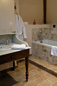 salle de bain suite Un ange Passe, manoir de la Villeneuve Villeneuve, Bathtub, Vanity, Bathroom, The Mansion, Angel, Bath, Standing Bath, Dressing Tables