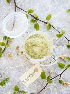 (Birch leaf pesto, for english text scroll down) Följ Scandinavian Wellness påInstagramochFacebook♥ God morgon alla. Visste att Sverige är helt fantastiskt när det kommer till läkande växter?…