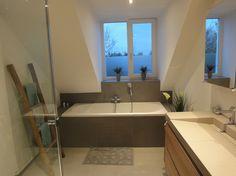 Een badkamer die tijdloos en strak is, waarbij geen voegen zijn gebruikt. Gerealiseerd door Sanidrome Thijssen uit Deurne.