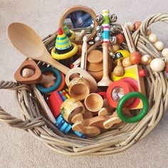 The appeal of Treasure Baskets - filled with natural loose parts. Children (and adults!) will be drawn to this beautiful basket of treasures! Nursery Activities, Sensory Activities, Craft Activities For Kids, Infant Activities, Baby Sensory Play, Baby Play, Baby Treasure Basket, Montessori Baby, Montessori Bedroom