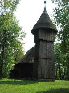 Stary, drewniany kościółek w skansenie w Olsztynku