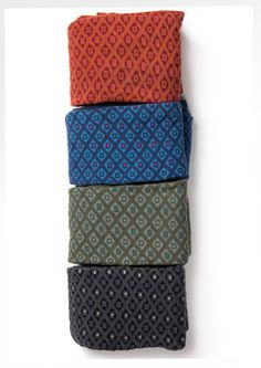 """Notre ravissant legging à motif """"Thora"""", une pièce en coton qui réchauffe et égaye vos jambes par temps froid. Sa surface présente un motif graphique simple, qui s'accorde avec presque tout.<br><br><b> Prix par deux 24  €/ unité</b>"""