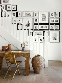 A staircase wall gallery. Ideas for how to hang pictures on the wall Decor, House Design, Wall Decor, Interior, Stairway Gallery Wall, House Styles, Home Decor, Photo Wall Gallery, Stairway Gallery