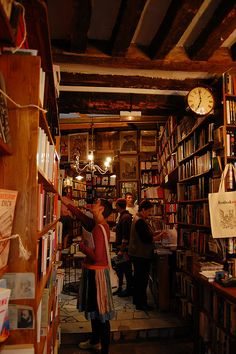 Shakespeare & Co Bookshop Paris - Patricia Glogowski I Love Books, Used Books, Books To Read, Shakespeare And Company Paris, Library Room, Cozy Library, Beautiful Library, Home Libraries, Look Vintage
