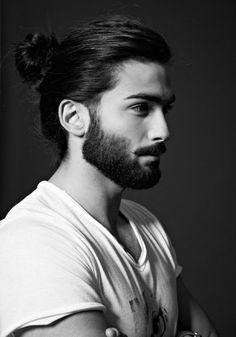 coiffure homme tendance, t shirt blanc avec print pour homme, barbe longue et coiffure chignon haut