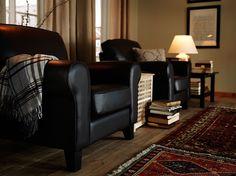 YSTAD lenestoler i Grann mørk brunt skinn og HOL bord i massiv akasie