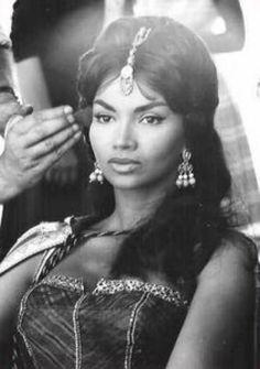 """CHELO ALONSO '50-60 (10 Avril 1933.Es una actriz cubana que triunfó en el cine gracias al género peplum y llegó a ser considerada como mito erótico en los Estados Unidos.Su espectacular y exótica belleza la llevarían rápidamente al cine de la mano de Steve Reeves en """"Goliath y los Bárbaros"""" en 1959, película por la que fue galardonada como """"Descubrimiento femenino del cine italiano""""."""
